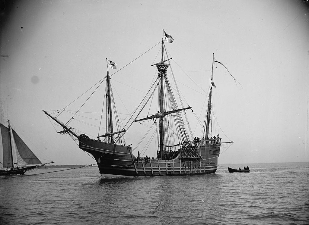 christopher columbus Christoffer columbus, ital christoforo colombo, sp cristóbal colón, port christovão colom, 1451-2151506, spansk opdagelsesrejsende christoffer columbus var født og opvokset i den internationalt betydningsfulde handels- og søfartsby genova, hvis interesser i 1400-tallets anden halvdel skiftede fra middelhavet til atlanterhavet.