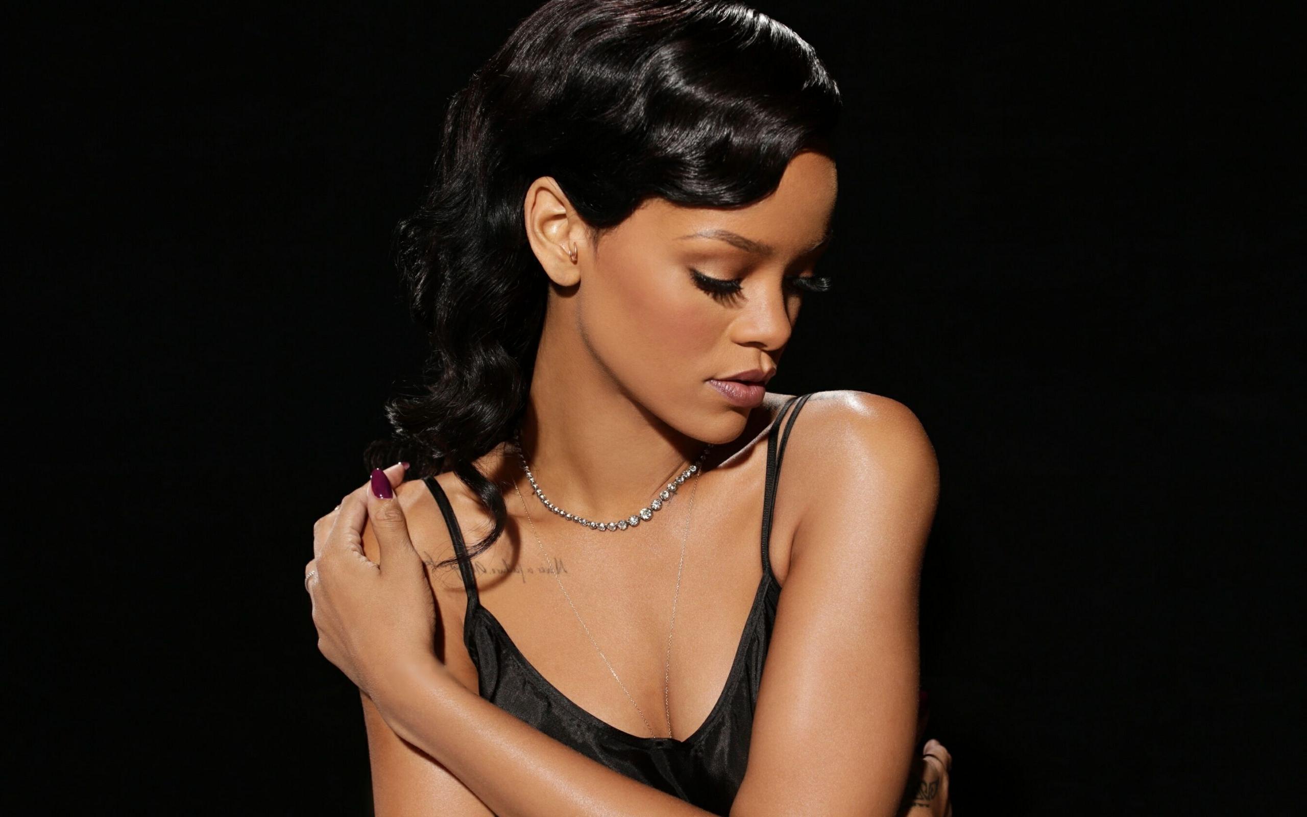 Rihanna 32 High Resolution Wallpaper